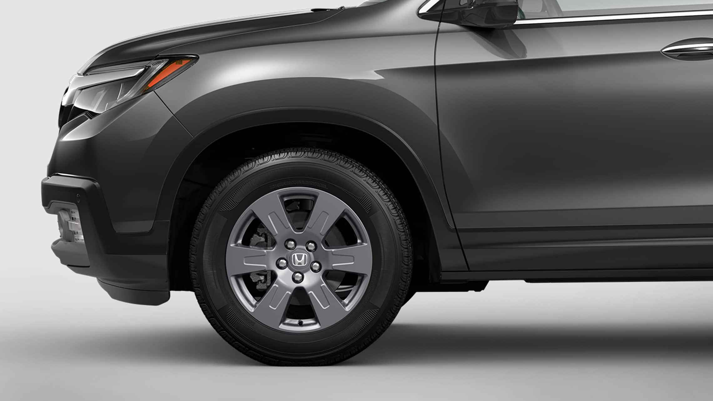 18-inch wheel detail on the 2020 Honda Ridgeline RTL-E in Modern Steel Metallic.